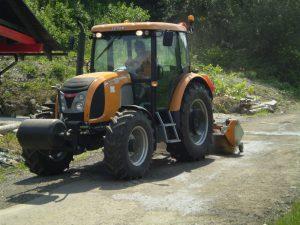 údržba komunikácií, vyrovnávanie traktorom
